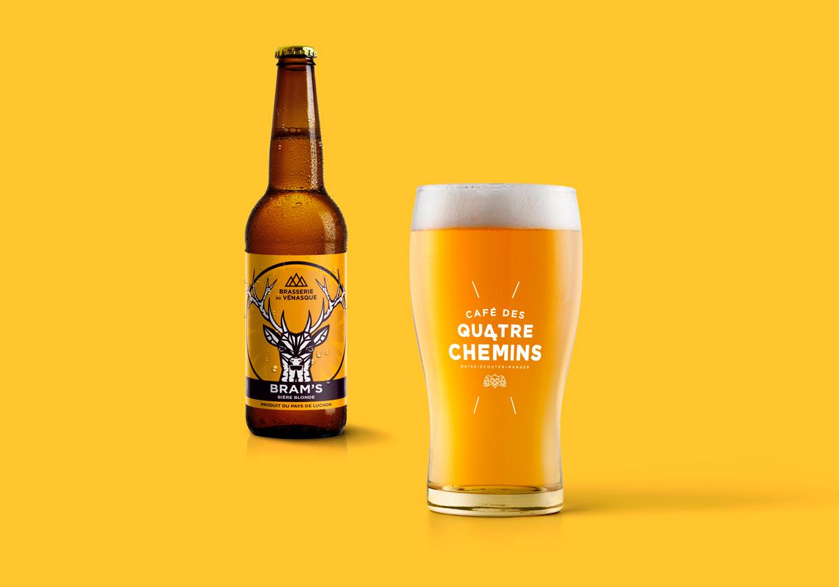 identité du logotype sur le verre à bière